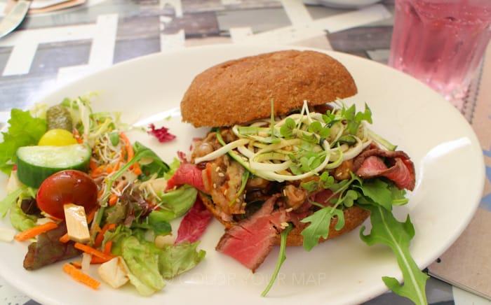 デルフトの大人気グルメスポットSTADSKOFFYHUISスタッズコーヒーハウス照り焼き肉のサンドイッチ