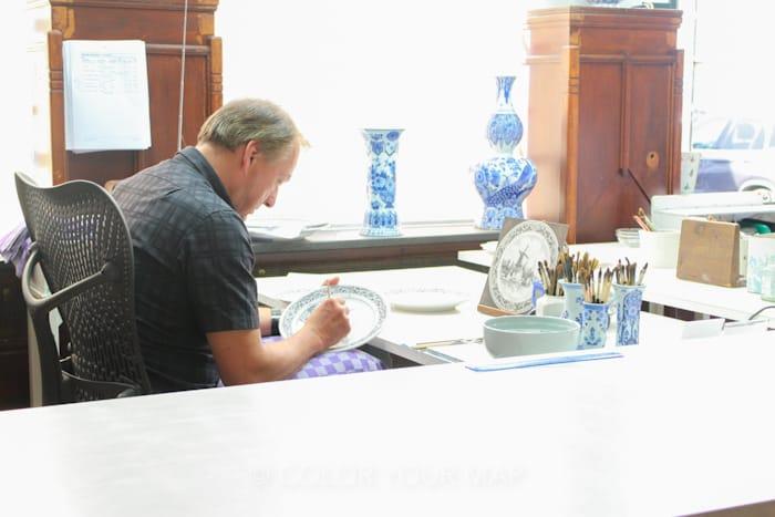 ロイヤルデルフトの職人がひとつひとつ手作業で絵付けをする様子