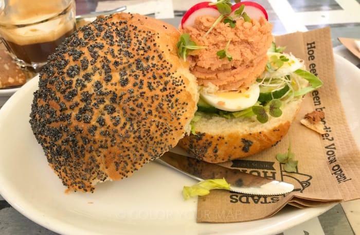 デルフトの大人気グルメスポットSTADSKOFFYHUISスタッズコーヒーハウスサーモンパテのサンドイッチ