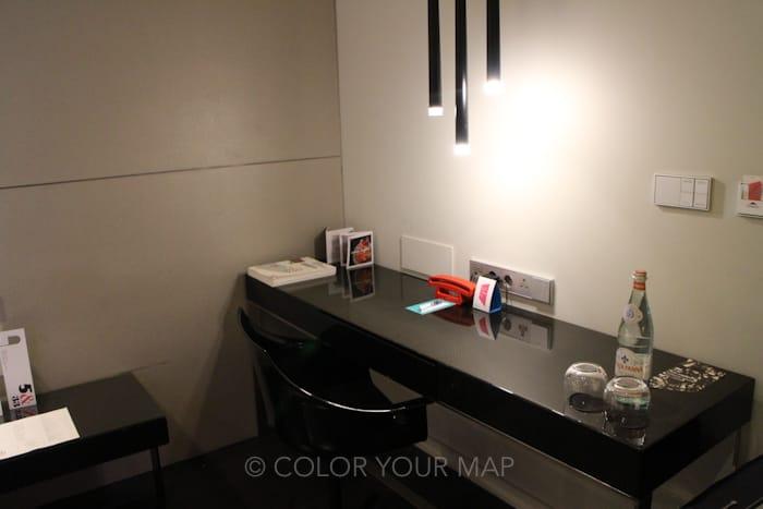 アートテルアムステルダム部屋の机
