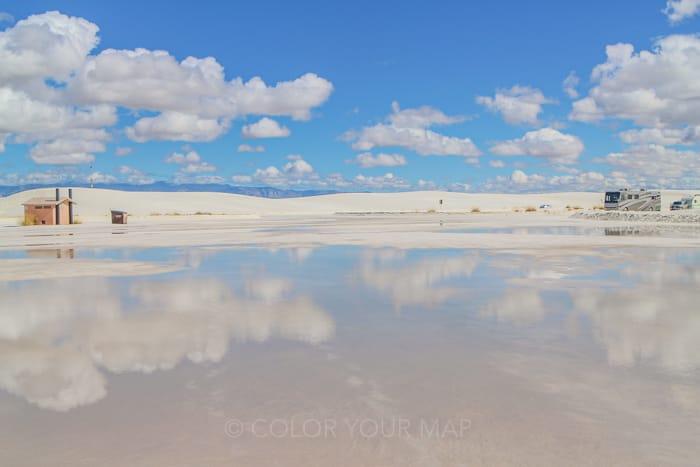 雨のあとにはボリビアのウユニ塩湖のような景色も見られるホワイトサンズ国立公園