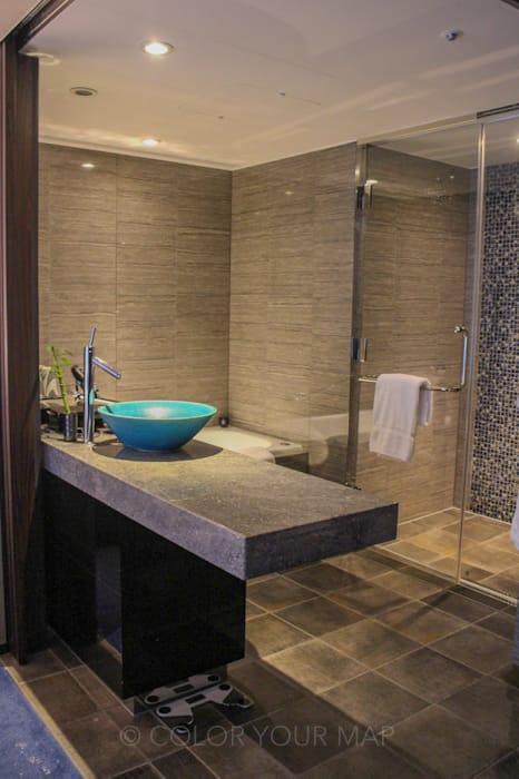 翠嵐ラグジュアリーコレクションホテル京都の洗面台とシャワー室