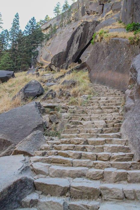 Vernal Fall and Nevada Fall Trails(バーナル滝とネバダ滝)トレイルはよく整備されているのでスニーカーでも登れる