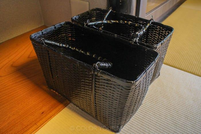 天翠茶寮の客室にあるカゴバッグが、館内で使うのに便利で、嬉しいサービス