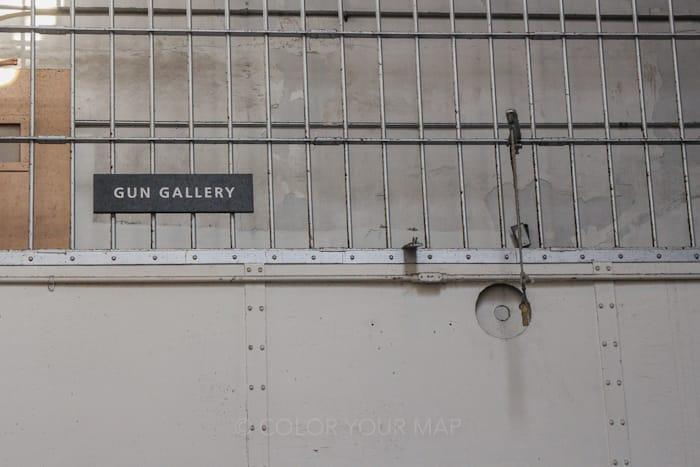 アルカトラズ刑務所の看守は監房の上にあるgun galleryから囚人を見張っていた
