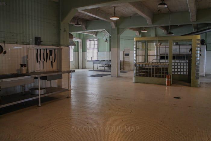 アルカトラズ刑務所の厨房ではフォークやナイフが紛失しないよう厳重に管理されていた