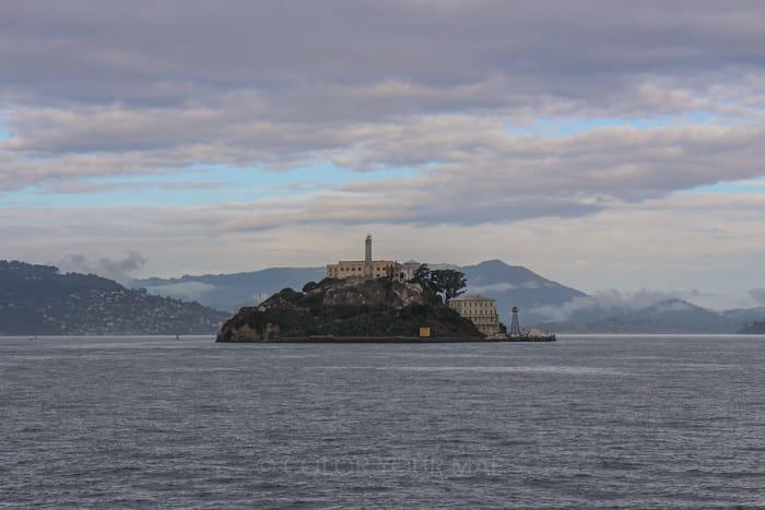 アルカトラズ島はサンフランシスコ市から2.4キロ離れた場所に浮かぶ小島