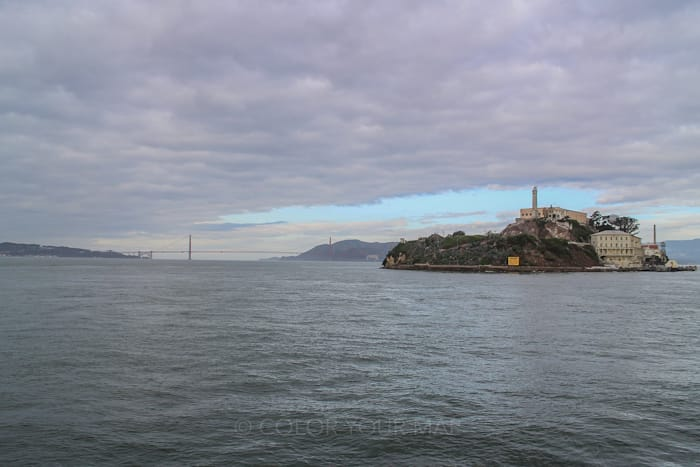 アルカトラズ島行きのフェリーからはゴールデンゲートブリッジが見えることも