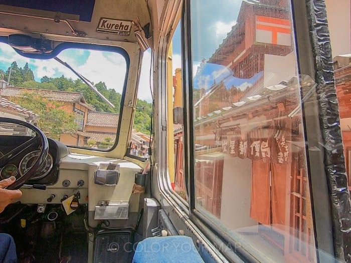 吹屋ふるさと村ボンネットバスの中から見る郵便局