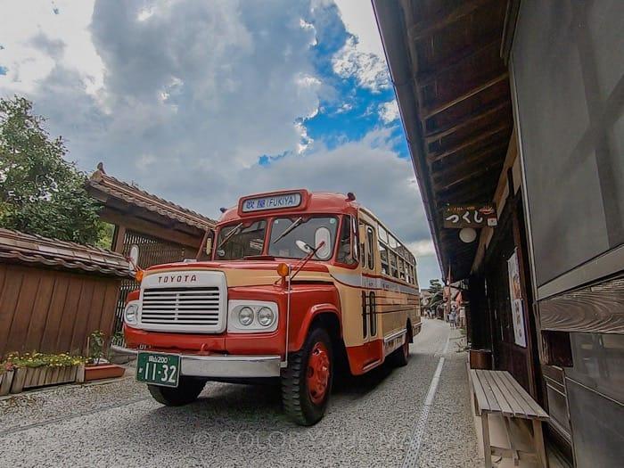 吹屋ふるさと村で夏季日曜日に運行中のボンネットバスに乗る